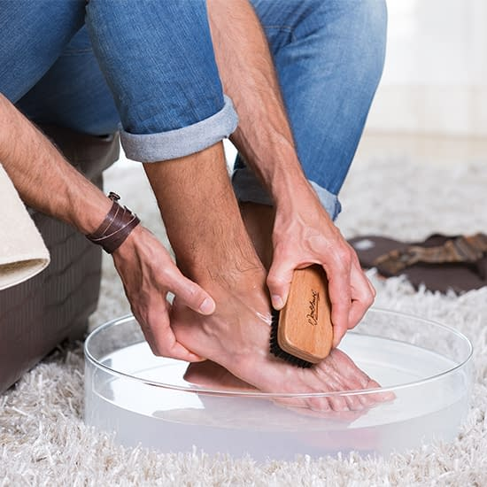 Bath salts Man rubbing feet with Meinebase Salts