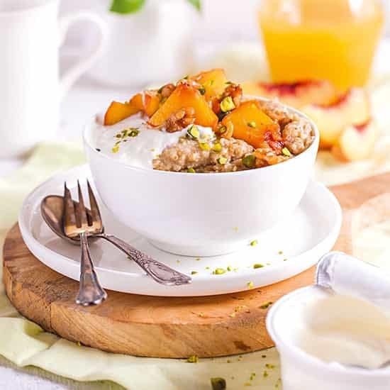 Jentschura Morgenstund Alkalising Cereal ® - Millet and buckwheat porridge with fruit and seeds with yogurt